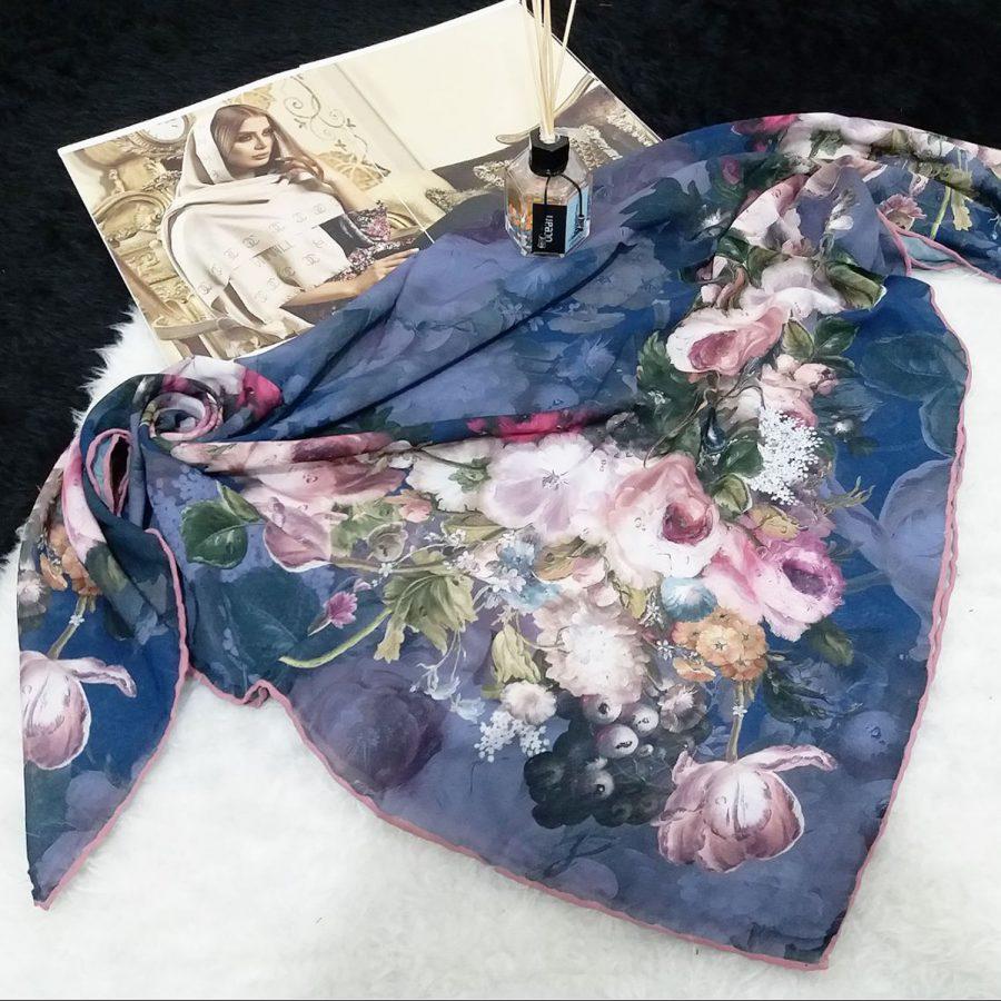 روسری حریر کرپ طرح گلدار قواره 120 از نمای بالا