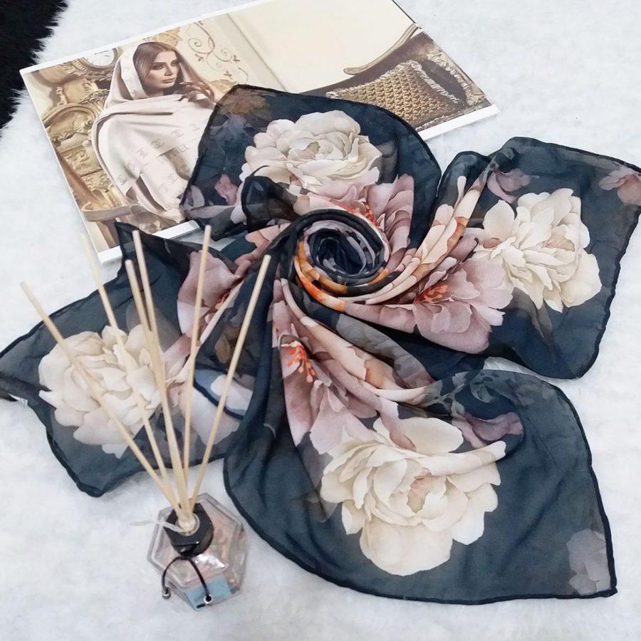 روسری حریر کرپ طرح گل درشت قواره 120 از نمای کلی