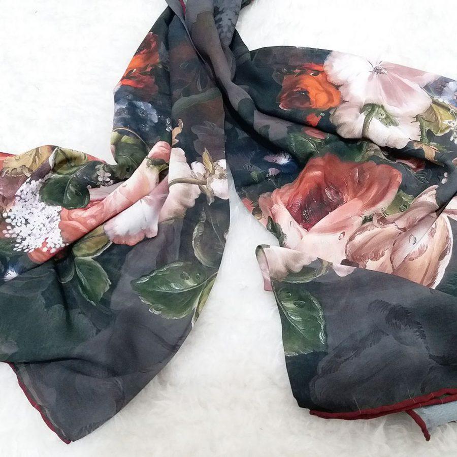 روسری حریر کرپ طرح گل از نمای بالا
