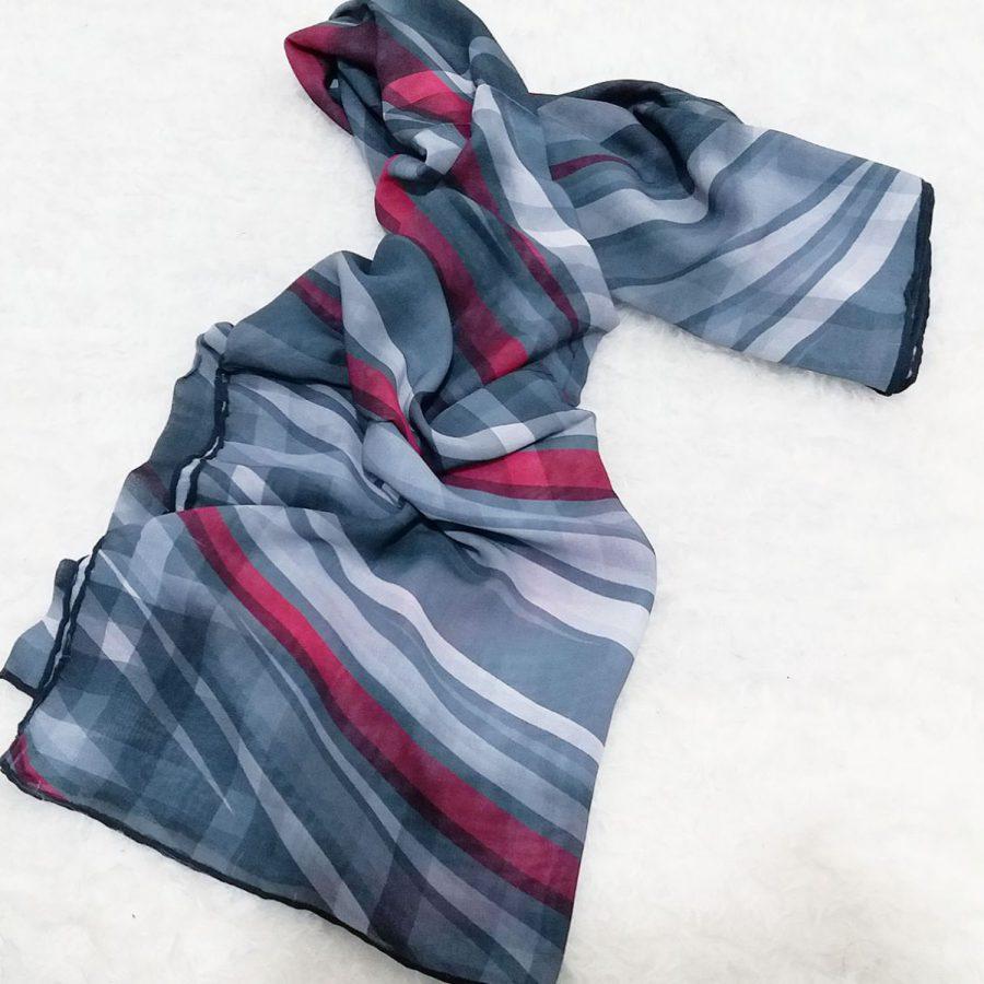 روسری حریر کرپ مدرن خطی از نمای بالا