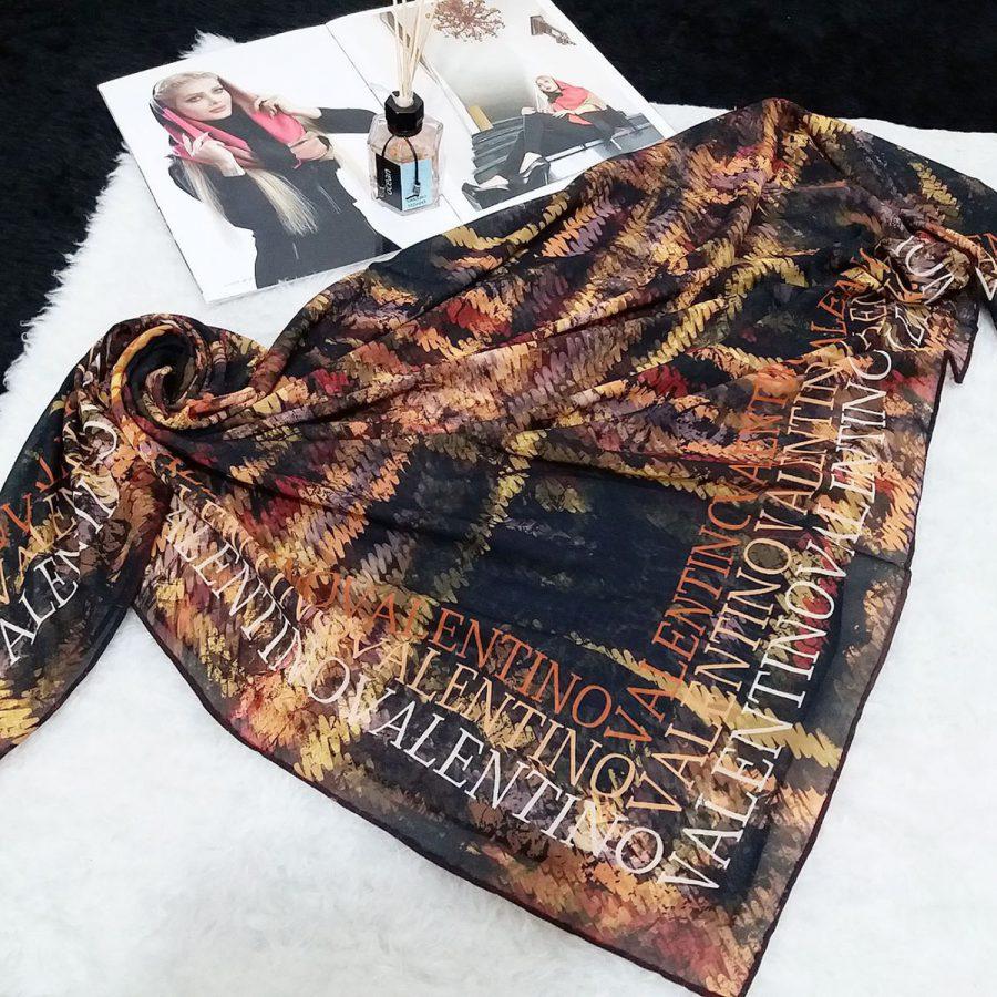 روسری حریر کرپ والنتینو از نمای کلی