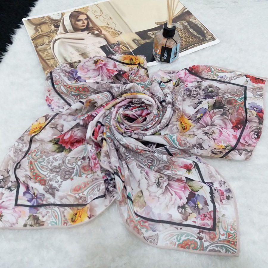 روسری حریر کرپ گلدار روشن قواره 120 از نمای کلی