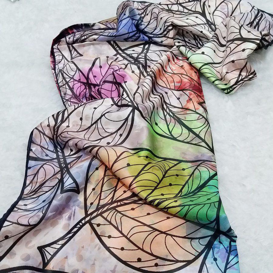 روسری ساتن ابریشم طرح برگ از نمای بالا