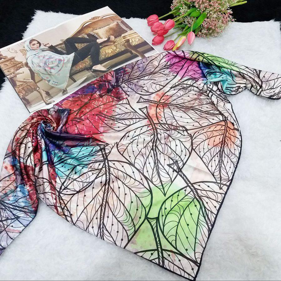 روسری ساتن ابریشم طرح برگ از نمای کلی