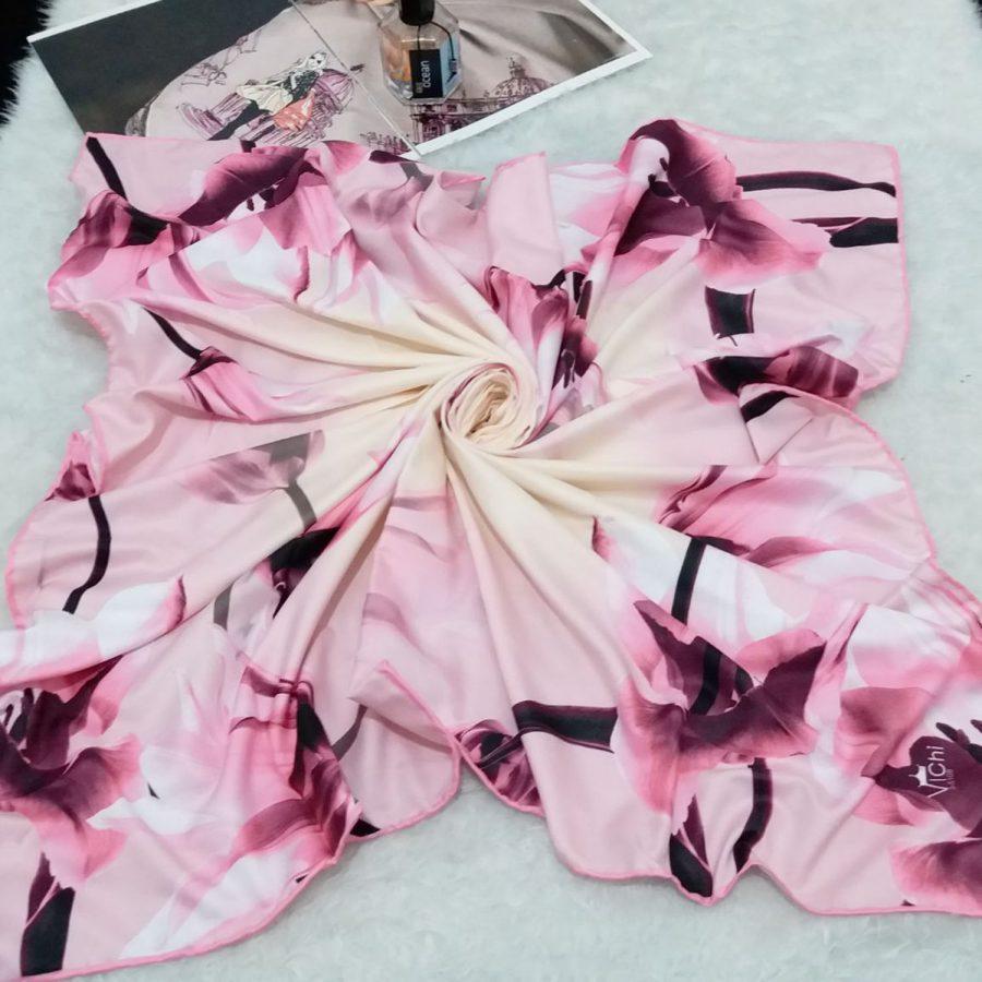روسری ساتن ابریشم گل درشت از نمای کلی
