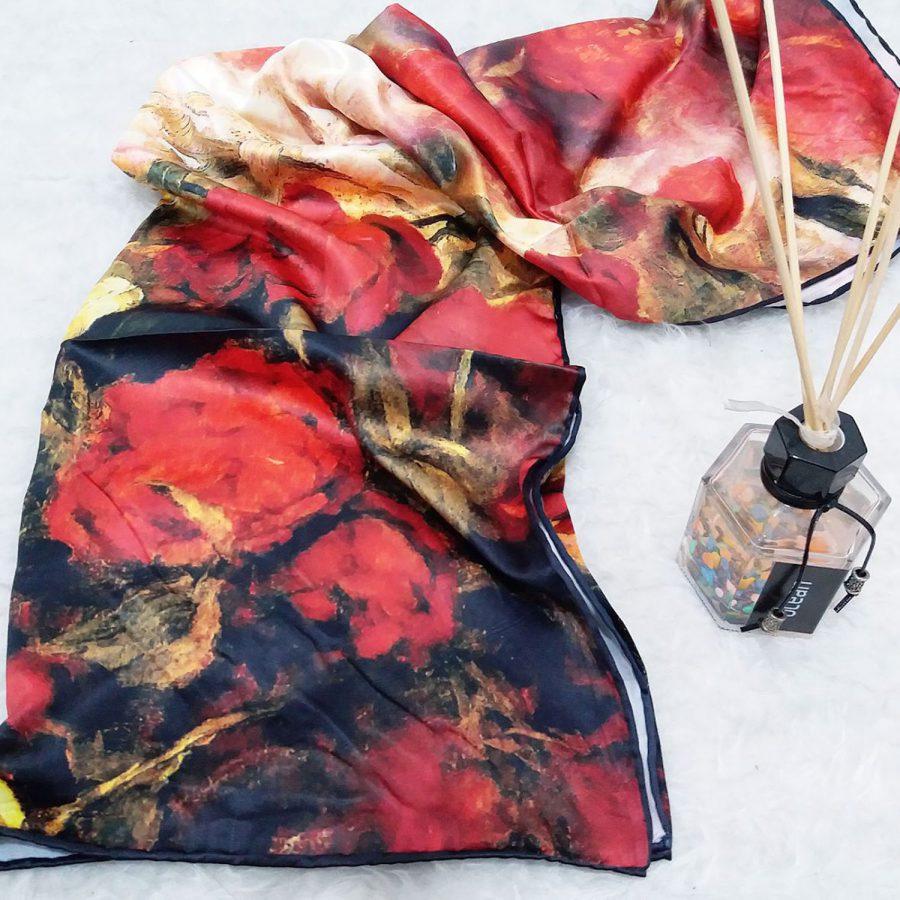 روسری ساتن ابریشم گل نقاشی از نمای بالا