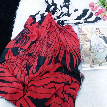 روسری قواره بزرگ دوردوزی شده از نمای کلی