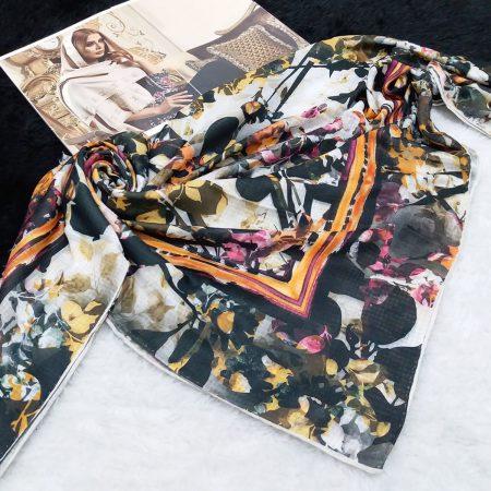 روسری نخی دست دوز طرح گلدار مدرن از نمای کلی