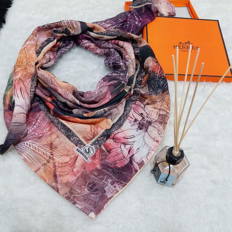 روسری نخی دست دوز طرح گل کلاسیک از نمای کلی