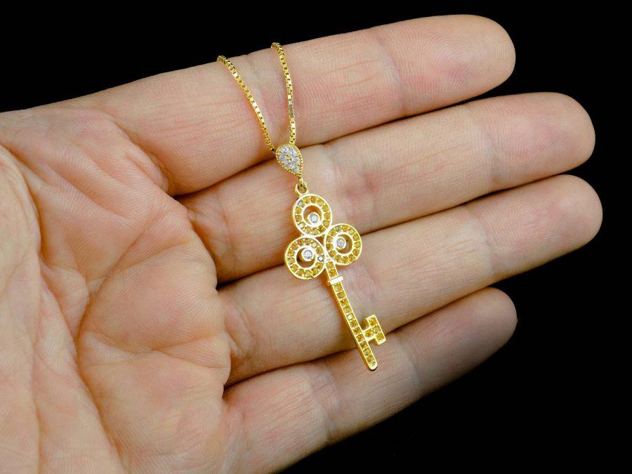 گردنبند نقره زنانه طرح کلید طلایی ma-n412 از نمای روی دست