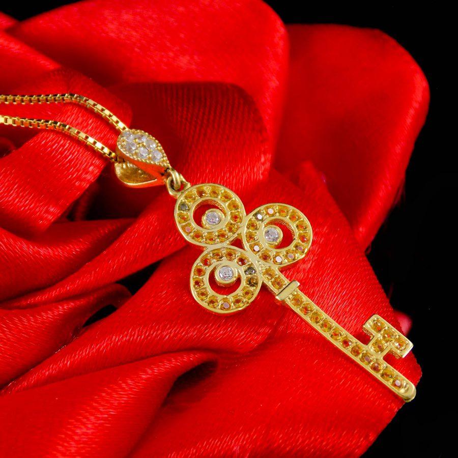 گردنبند نقره زنانه طرح کلید طلایی ma-n412 از نمای کنار