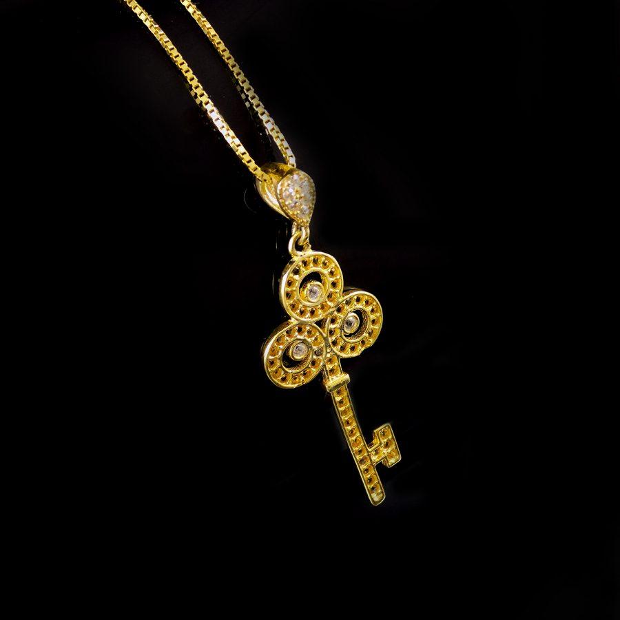 گردنبند نقره زنانه طرح کلید طلایی ma-n412 از نمای مشکی