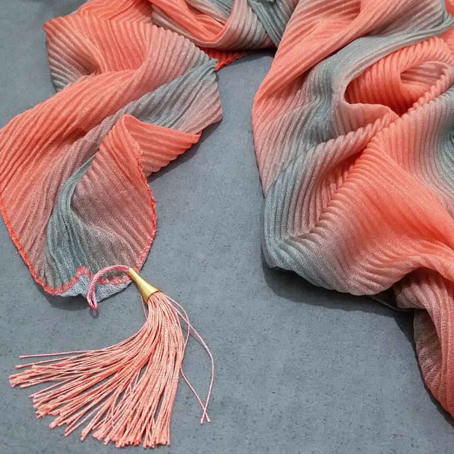 روسری ابریشم توییل طیفی نارنجی از نمای نزدیک