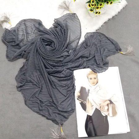 روسری پارچه شنی پایین منگوله دار پلیسه خاکستری از نمای کلی