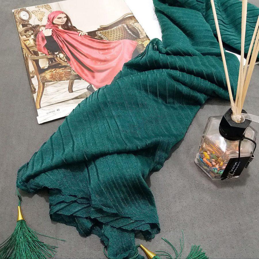 روسری پارچه شنی پایین منگوله دار پلیسه سبز از نمای روبرو