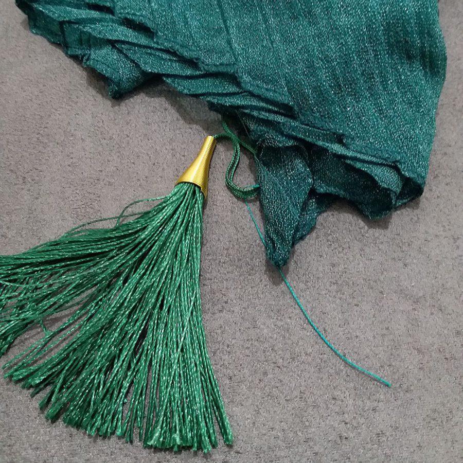 روسری پارچه شنی پایین منگوله دار پلیسه سبز از نمای نزدیک