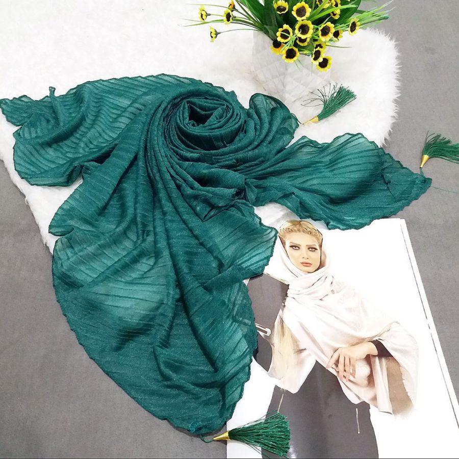روسری پارچه شنی پایین منگوله دار پلیسه سبز از نمای کلی
