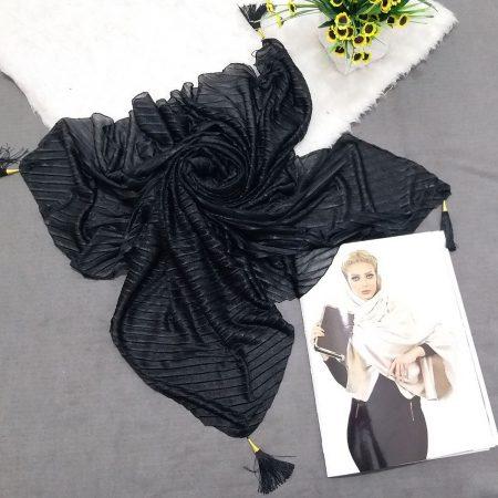 روسری پارچه شنی پایین منگوله دار پلیسه مشکی از نمای کلی