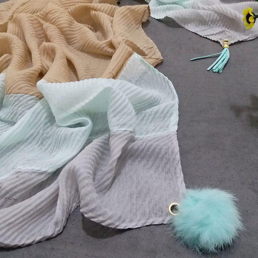 شال نخی منگوله چرم آبی پاستیلی از نمای نزدیک