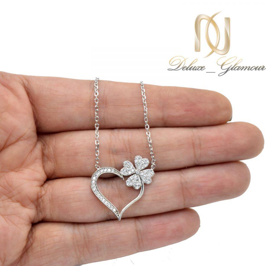 گردنبند نقره دخترانه طرح شکوفه و قلب nw-n664 از نمای روی دست