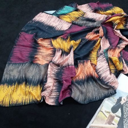 روسری حریر کرپ طرح مدرن قواره 140 sr-n746