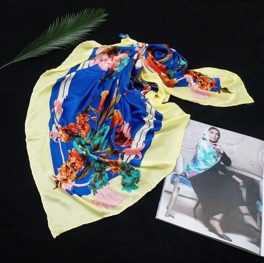 روسری مام ابریشم دست دوز گلدار آبی از نمای بالا