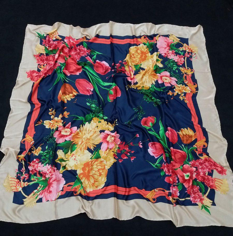 روسری مام ابریشم دست دوز گلدار سرمه ای از نمای کلی