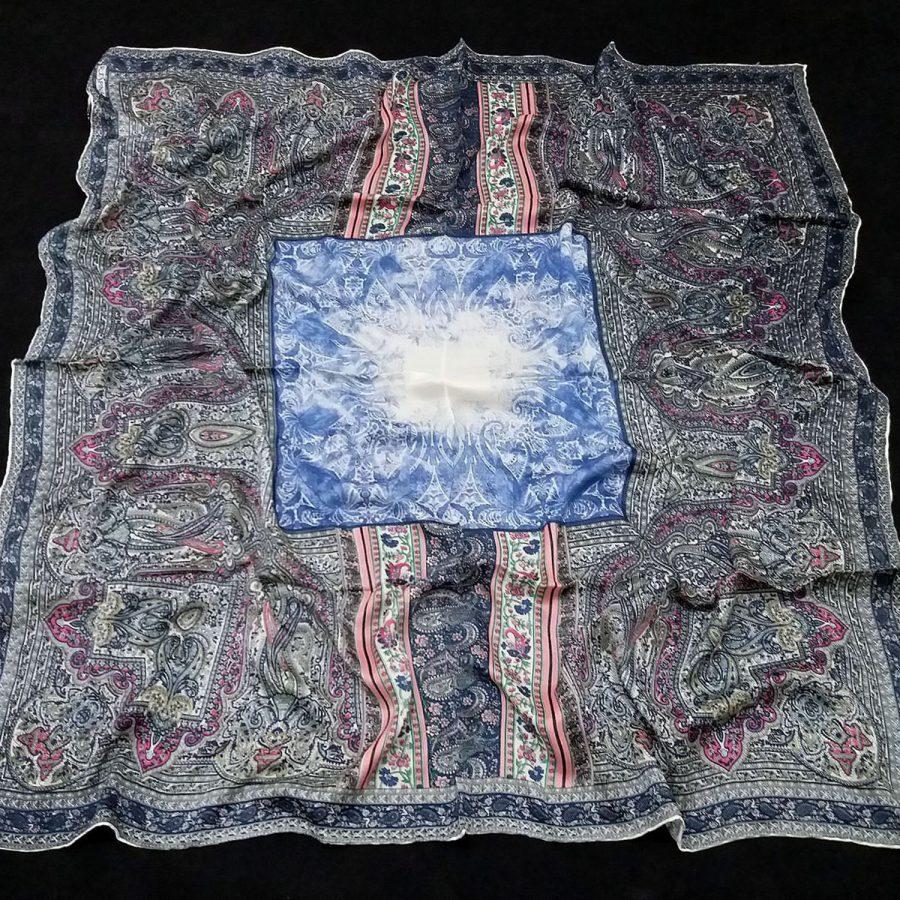 روسری مام ابریشم طرح کلاسیک ابروباد آبی از نمای کلی