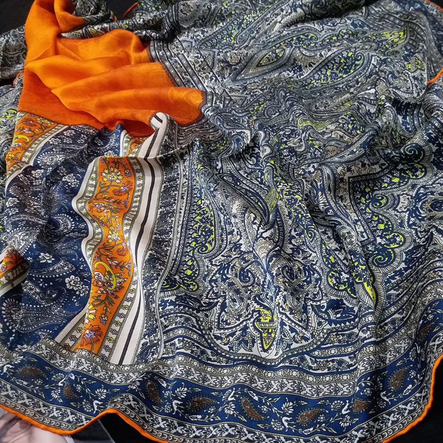 روسری مام ابریشم طرح کلاسیک پرتقالی از نمای نزدیک