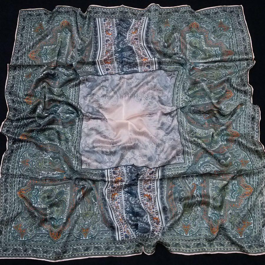 روسری مام ابریشم طرح کلاسیک پوست پیازی از نمای کلی