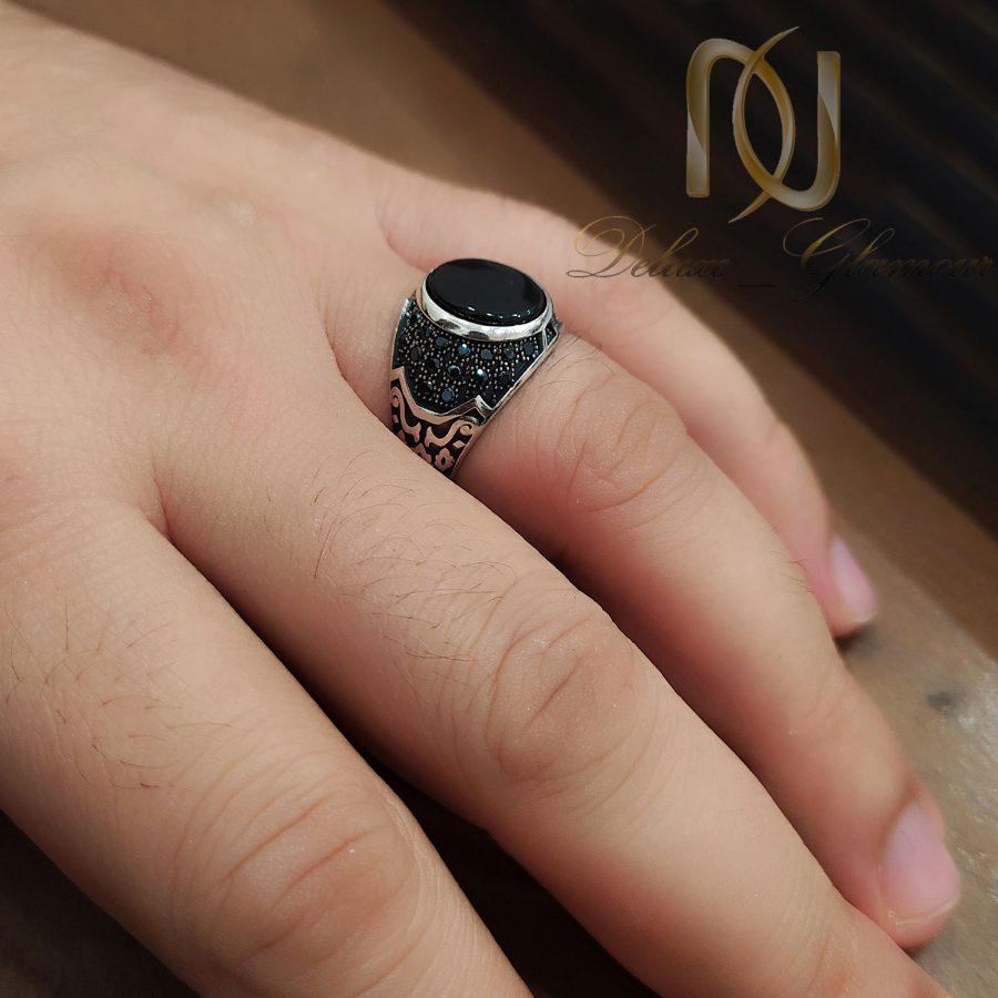 انگشتر مردانه نقره اسپرت نگین مشکی rg-n562 از نمای روی دست